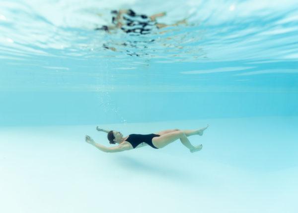 Shooting photo grossesse underwater dans les Landes